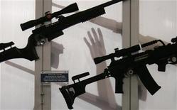 <p>Посетители рассматривают снайперские винтовки на выставке вооружений в Белграде 26 июня 2007 года. Все ведущие экспортеры вооружений, кроме России, согласились возобновить переговоры о подписании глобального соглашения, которое будет регулировать рынок объемом $55 миллиардов, сообщили дипломаты. REUTERS/Marko Djurica</p>