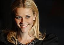 """<p>Imagen de archivo de la actriz estadounidense Reese Witherspoon en el estreno de """"Monsters vs. Aliens"""" en Londres, 11 mar 2009. La actriz Reese Witherspoon protagonizará y producirá """"Rule #1"""", una película acerca de una mujer de Nueva York que se hace amiga de una chica puertorriqueña con un trastorno de déficit de atención. Fox Searchlight adquirió el guión de Terrel Seltzer, escritora de la comedia """"How I Got Into College"""" y coescritora de la comedia romántica con George Clooney y Michelle Pfeiffer """"One Fine Day"""". REUTERS/Stephen Hird/archivo</p>"""