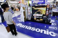 <p>Una mujer mira un televisor Panasonic en una tienda en Tokio, 30 oct 2009. El Ministerio de Comercio de China dijo el viernes que concedió a Panasonic Corp una autorización anti-monopolio para su adquisición de Sanyo Electric Co Ltd, sujeta a ciertas condiciones. REUTERS/Kim Kyung-Hoon</p>