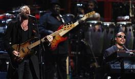 <p>Due leggende, Sting e Stevie Wonder, insieme sul palco del Madison Square Garden. REUTERS/Lucas Jackson</p>