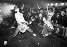 """<p>Foto de archivo entregada a Reuters del grupo The Ramones tomada en 1977 por Ian Dickson y que integra la muestra """"Who Shot Rock & Roll: A Photographic History, 1955 to the Present"""" en el Museo de Brooklyn en Nueva York. Para una nueva muestra de fotografía que se exhibe en Estados Unidos, los ojos son tan importantes como los oídos para apreciar y comprender el rock 'n' roll. REUTERS/Max Vadukul - Brooklyn Museum/Handout</p>"""