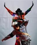 """<p>Foto de oct 28, 2009. El artista taiwanés Gao Ling-feng posa durante el estreno del documental de Michael Jackson, """"This Is It"""", en Taipei. La muy publicitada película de los conciertos de Michael Jackson llegó al primer lugar de la cartelera mundial el domingo, y los cinéfilos en Estados Unidos y Canadá contribuyeron con 32,5 millones de dólares en ese triunfo. REUTERS/Nicky Loh (TAIWAN)</p>"""