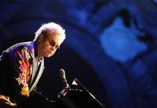 <p>Известный певец и композитор сэр Элтон Джон дает концерт в Неаполе 11 сентября 2009 года. Известный певец и композитор сэр Элтон Джон находится в больнице, где восстанавливается после серьезного случая заражения кишечной палочкой и гриппом, который заставил его отменить ряд концертов, но надеется уже в ближайшее время вернуться на сцену, сказал в понедельник его представитель. REUTERS/Ciro de Luca/Agnfoto</p>