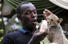 <p>Campeão olímpico e mundial de provas de velocidade Usain Bolt adotou na segunda-feira um filhote de guepardo no Parque Nacional Nairóbi, no Quênia.. REUTERS/Thomas Mukoya</p>