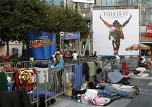 <p>Fan di Michael Jackson in paziente attesa dell'apertura dei botteghini. REUTERS/Danny Moloshok</p>