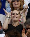 <p>A atriz inglesa Kate Winslet aplaude durante jogo em Wimbledon, Londres. A atriz premiada com o Oscar Kate Winslet aceitou indenização de 25 mil libras (40 mil dólares) na terça-feira por difamação relacionada a alegações de que teria mentido publicamente sobre os exercícios físicos que costuma fazer.01/07/2009.REUTERS/Eddie Keogh</p>