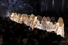 <p>Models present creations by Italian designers Maria Grazia Chiuri and Pier Paolo Piccioli as part of their Spring/Summer 2010 women's collection for fashion house Valentino during Paris Fashion Week, October 6, 2009. REUTERS/Benoit Tessier</p>