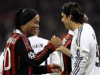 <p>O Milan, do brasileiro Ronaldinho Gaúcho (esquerda), recentemente vendeu o também brasileiro Kaká para o Real Madrid. REUTERS/Alessandro Garofalo</p>