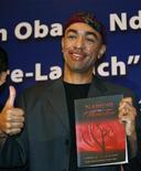 """<p>Mark Okoth Obama Ndesandjo, il fratellastro del presidente Usa Barack Obama, con il suo primo romanzo """"Nairobi to Shenzhen"""". REUTERS/Bobby Yip</p>"""
