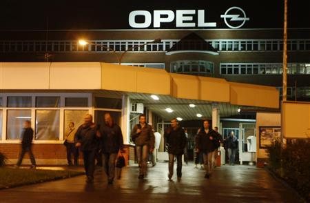 Workers leave the Opel plant after a shift change in Bochum early November 4, 2009. REUTERS/Ina Fassbender