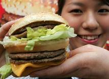 <p>Los principales futbolistas de Tailandia disfrutarán de hamburguesas gratis como parte de un acuerdo de patrocinio que la federación de su país firmó con el gigante de comida rápida McDonald's, dijo el miércoles el presidente de la entidad doméstica. El acuerdo se extenderá por tres años y su cifra es cercana a los 900.000 dólares. El mismo entrará en vigencia este mes. McDonald's suministrará 25 millones de baht (747.000 dólares) a la Asociación Tailandesa de Fútbol (FAT, por su sigla en inglés) y ofrecerá otros 5 millones en productos a cambio del patrocinio de la casaca del equipo por los próximos tres años REUTERS/Toshiyuki Aizawa/Archivo</p>