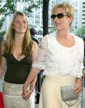 """<p>Foto de archivo de Grace Gummer (izquierda en la imagen) y su madre, Meryl Streep, durante el estreno mundial de la película """"The Manchurian Candidate"""", Nueva York, jul 19 2004. La hija de Meryl Streep Grace Gummer está lista para protagonizar un drama de televisión acerca de """"ser un hijo de"""" en Hollywood, lo que significa su primer gran salto de Gummer en la industria del entretenimiento. REUTERS/Albert Ferreira</p>"""