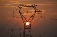 <p>La France lance un comparateur d'offres d'électricité et de gaz sur internet pour aider les particuliers et les entreprises à choisir leur fournisseur, à mesure que s'accélère l'ouverture du marché à la concurrence. /Photo prise le 1er octobre 2009/REUTERS/Laszlo Balogh</p>
