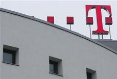 <p>Deutsche Telekom, qui a réorganisé ses activités et commencé à publier ses résultats par régions, a fait état d'un bénéfice ajusté au titre du troisième trimestre supérieur aux attentes des analystes et a confirmé ses prévisions. /Photo prise le 27 février 2009/REUTERS/Ina Fassbender</p>