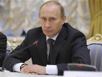 """<p>Владимир Путин на встрече с немецкими предпринимателями в Москве 21 октября 2009 года. Российский премьер Владимир Путин пообещал учесть на будущее """"пренебрежительное отношение"""" американской GM, передумавшей продавать Opel консорциуму канадской Magna и российского Сбербанка. REUTERS/RIA Novosti/Alexei Nikolsky/Pool</p>"""