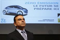 <p>Presidente da Renault, Carlos Ghosn, participa de entrevista coletiva durante visita à fábrica da montadora em Flins, próximo a Paris. Questionado nesta quinta-feira sobre o futuro da montadora na Fórmula 1, Ghosn disse que um anúncio sobre o assunto será feito até o final do ano. REUTERS/Benoit Tessier</p>