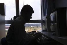 <p>Immagine d'archivio di un operatore al lavoro al computer. REUTERS</p>