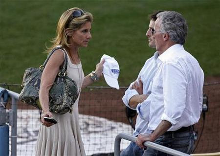 Los Angeles Dodgers CEO Jamie McCourt (L) talks with her husband, Dodgers owner Frank McCourt (R), following Game 2 of Major League Baseball's NLCS playoff series against the Philadelphia Phillies in Los Angeles, October 16, 2009. REUTERS/Danny Moloshok