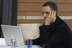 <p>Contrairement à une idée largement répandue, internet et les téléphones portables n'isolent pas les gens mais renforcent au contraire le lien social, si l'on en croit les résultats d'une étude américaine. /Photo d'archives/REUTERS/Daniel Munoz</p>