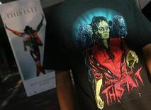 """<p>Foto de archivo de un admirador de Michael Jackson con una camiseta en su honor durante el estreno del filme basado en su persona """"This Is It"""" en Mumbai, oct 28 2009. El filme sobre el fallecido Michael Jackson """"This Is It"""" superó la barrera de los 100 millones de dólares en las boleterías internacionales, al tiempo que ingresaba a su segundo fin de semana en los cines, dijo el viernes el estudio detrás de la producción. REUTERS/Arko Datta</p>"""