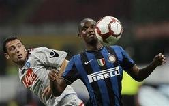 <p>L'interista Samuel Eto'o (a destra) durante una partita contro il Napoli. REUTERS/Alessandro Garofalo</p>