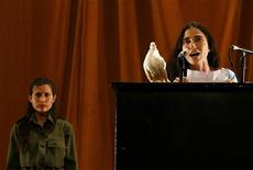 <p>Blogueira cubana, Yoani Sánchez, dircusando na 10a Bienal de Arte Contemporânea em Havana em março de 2009. Sánchez foi detida brevemente em Cuba.REUTERS/Enrique De La Osa</p>