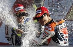 <p>La gioia di Dani Pedrosa (a destra) per la vittoria al Gran Premio di Valencia. REUTERS/Dani Cardona (SPAIN SPORT MOTOR RACING)</p>