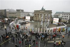 <p>Люди собираются у гигантских костяшек домино, расставленных по всей протяженности стены у Берлине 9 ноября 2009 года. Мировые лидеры прошлого и настоящего собрались в понедельник в немецкой столице, чтобы отметить 20-ю годовщину падения Берлинской стены, за которым последовали объединение восточной и западной частей Германии и крах Советского Союза. REUTERS/Tobias Schwarz</p>