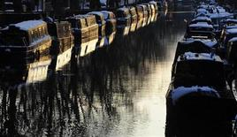 <p>Snow is seen on top of narrow boats are seen at sunset on Regents Canal in Little Venice in central London February 3, 2009. REUTERS/Toby Melville</p>
