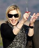 <p>Foto de archivo de la cantante estadounidense Madonna durante la inauguración de una escuela para ninñas en Chinkota, Malaui, oct 26 2009. Madonna visitará esta semana proyectos sociales en varias favelas de Río de Janeiro y pretende ayudar en algunos de ellos, dijo el lunes el gobernador estatal, Sérgio Cabral. REUTERS/Siphiwe Sibeko</p>