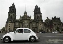 <p>Foto de archivo de uns Volkswagen Escarabajo en frente de la Catedral de Ciudad de México, jul 8 2003. Casi medio centenar de antiguos Volkswagen Escarabajo compitieron el lunes en un rally por empinadas y pedregosas carreteras en el centro de Perú, en una carrera que algunos finalizaron gracias a que fueron empujados por sus propios pilotos. REUTERS/Jorge Silva</p>