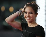 """<p>Jennifer Lopez posa na estreia do filme """"This Is It"""", em Los Angeles. O primeiro marido da atriz Jennifer Lopez acusou-a na terça-feira de interferir na sua vida ao bloquear na Justiça um filme feito por ele. A atriz alega que a obra utiliza imagens da lua de mel e da vida sexual do casal.27/10/2009.REUTERS/Mario Anzuoni</p>"""
