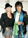 <p>Foto de arquivo de Ronnie Wood e sua esposa Jo, chegando ao Radio City Music Hall. O guitarrista dos Rolling Stones Ronnie Wood divorciou-se de sua esposa Jo nesta quarta-feira, num contexto de adultério assumido pelo músico.08/09/2004.REUTERS/Bill Davila</p>