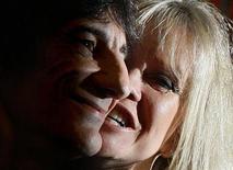 <p>Imagen de archivo de Ronnie Wood, guitarrista de los Rolling Stones, en un evento con su esposa Jo, en Londres, 16 oct 2006. El guitarrista de los Rolling Stone Ronnie Wood se divorció el miércoles de su esposa Jo, quien se separó del músico cuando éste admitió haber cometido adulterio. Un juez de la división de familia de la Alta Corte de Londres falló a favor de la petición de divorcio de la ex modelo Jo, de 54 años, informó Press Association, señalando el término de su matrimonio de 24 años. REUTERS/Toby Melville/Archivo</p>