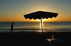 <p>Турист совершает утреннюю пробежку на пляже в Ларнаке 19 ноября 2002 года. Число туристов, прибывших на Кипр из России, снизилось на 29,6 процента в октябре в годовом выражении, сообщил в четверг департамент статистики средиземноморского острова. REUTERS/Yannis Behrakis</p>