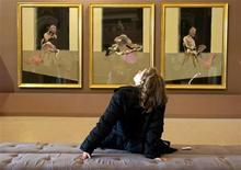 <p>Una mujer observa un cuadro del pintor Francis Bacon durante una muestra en la galería Borghese en Roma, nov 11 2009. Retratos del maestro italiano Caravaggio y del pintor irlandés del siglo XX Francis Bacon están presentes en una nueva exhibición que conecta sus atormentadas visiones de la humanidad pese a sus contrastantes acercamientos al realismo. REUTERS/Max Rossi</p>