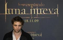 """<p>El actor Robert Pattinson durante la presentación del filme """"The Twilight Saga: New Moon"""" en Madrid, nov 12 2009. El actor Robert Pattinson reveló el jueves que ahora que llega a los cines la segunda parte de la saga """"Twilight"""", """"New Moon"""", está más tranquilo y cuerdo con su fama, tras asumir que el objeto del deseo es su personaje y no él. REUTERS/Sergio Perez</p>"""