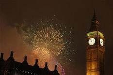 <p>Foto de archivo de una serie de fuegos artificiales detrás del Big Ben durante un show pirotécnico por las celebraciones de Año Nuevo en Londres, ene 1 2009. Una montaña de monedas viejas que ayudaron a mantener funcionando de forma exacta el mecanismo del reloj del Big Ben de Londres por los últimos 150 años fue reemplazada por nuevas monedas de cinco libras (8,29 dólares) para marcar los Jugos Olímpicos del 2012. REUTERS/Stephen Hird</p>