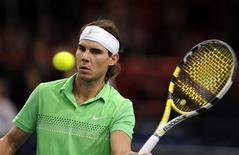 <p>O tenista espanhol Rafael Nadal (foto) vence o compatriota Tommy Robredo para se classificar às quartas-de-final do Masters de Paris, nesta quinta-feira. REUTERS/Jacky Naegelen</p>