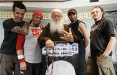 """<p>Монах Чезаре Боницци, также известный как """"Fratello Metallo"""" (""""Металлический брат""""), позирует со своей группой после репетиции в Милане 10 июля 2008 года. Итальянский монах из Ордена капуцинов, а заодно лидер хэви-метал группы """"Fratello Metallo"""" (""""Металлический брат""""), решил из-за происков дьявола бросить любимое занятие. REUTERS/Alessandro Garofalo</p>"""