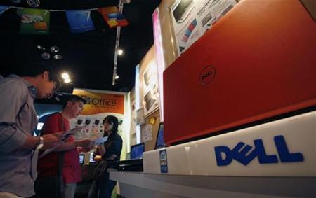 Customers examine Dell laptop models at a Dell outlet in Hong Kong October October 21, 2009. REUTERS/Bobby Yip