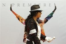 """<p>Фанат Майкла Джексона проходит мимо постера фильма о поп-звезде """"This Is It"""" в день его австралийской премьеры в Сиднее 28 октября 2009 года. Фильм о Майкле Джексоне """"Вот и все"""" (""""This Is It"""") собрал за две недели в мировом прокате более $200 миллионов, сообщила Sony Pictures Entertainment. REUTERS/Daniel Munoz</p>"""