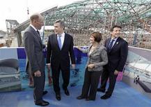 <p>Il premier britannico Gordon Brown e la segretaria per i Giochi Olimpici Tessa Jowell (al centro) visitano il cantiere dell'Aquatic Centre. REUTERS/Stephen Hird</p>