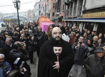 <p>A coffin is carried during a symbolic funeral of the last citizen of Venice, November 14, 2009. The funeral was meant as a protest against the depopulation of the canal city, whose number of inhabitants has dropped below the threshold of 60,000. REUTERS/Manuel Silvestri</p>