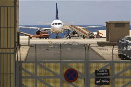 An Airbus A320 passenger plane run by Spanish tour group Iberworld is parked on the tarmac of Gando airport at the Spanish Canary Islands of Gran Canaria after it was forced to make an emergency landing June 10, 2009. REUTERS/Borja Suarez