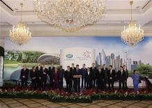 """<p>Лидеры стран форума АТЕС позируют для фотографов в Сингапуре 15 ноября 2009 года.Окончательное заявление, принятое на саммите стран форума Азиатско-тихоокеанского экономического сотрудничества (АТЭС), не содержит призывов к """"валютным курсам, определяемым рынком"""", и планов сокращения выбросов углерода. REUTERS/Russell Boyce</p>"""