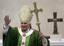 <p>Papa Benedetto XVI in un'immagine d'archivio. REUTERS/Stefano Rellandini</p>