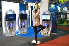 <p>Os videogames de exercícios do Wii podem criar uma geração de jogadores de games mais saudável, afirma um estudo divulgado nesta segunda-feira (16 de novembro). Na foto, uma mulher joga Wii durante uma feira de videogames em Paris, no dia 17 de setembro. REUTERS/Charles Platiau</p>