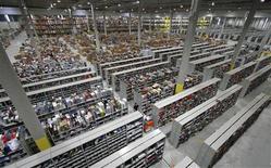 <p>Entrepôt d'uen boutique sur internet. Les Français devraient dépenser plus de cinq milliards d'euros en ligne à l'occasion des fêtes de fin d'année, soit 25% de plus que l'an dernier, selon une enquête publiée par la Fédération du e-commerce et de la vente à distance. /Photo d'archives/ REUTERS/Fabrizio Bensch</p>