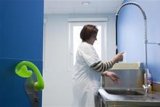 """<p>L'épidémie de grippe A(H1N1) a sauvé de la faillite une petite entreprise de Nantes en faisant décoller depuis septembre les ventes de sa poignée de porte """"anticontamination"""", une poignée ergonomique qui s'ouvre avec l'avant-bras. /Photo prise le 17 novembre 2009/REUTERS/Stéphane Mahe</p>"""